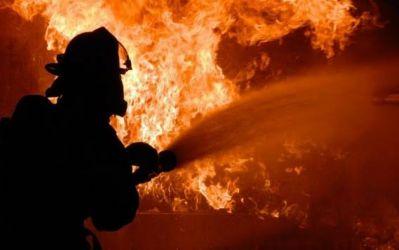 Bombeiros combatem incêndio em usina de asfalto em Araçatuba